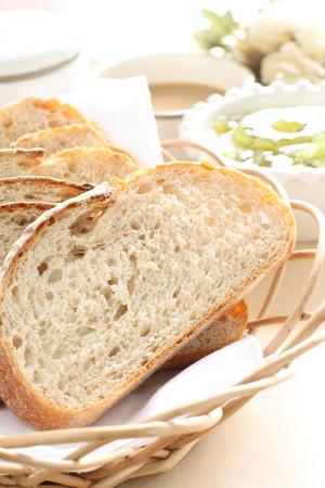 pan frances: Pan francés rebanado en cesta