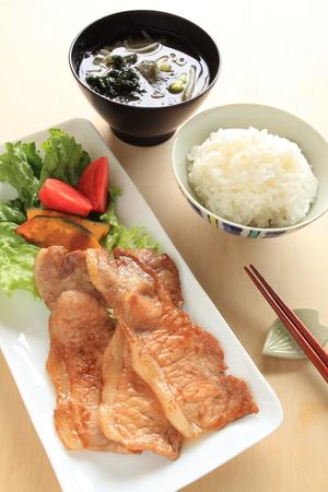 comida japonesa: Japonesa de cerdo jengibre alimentos Shogayaki y arroz