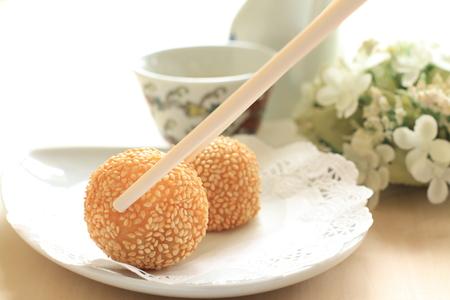 中国ゴマ深い揚げ餃子とお茶 写真素材