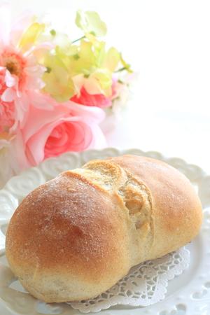 pain blanc: Accueil boulangerie le pain blanc avec des fleurs Banque d'images