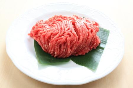 carne picada: Picar la carne de vacuno en el plato