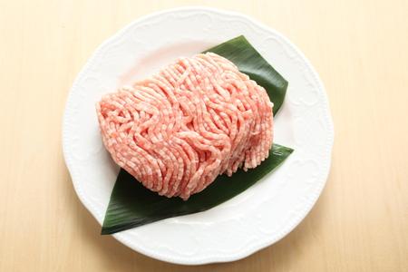 carne picada: Picar la carne de cerdo en el plato