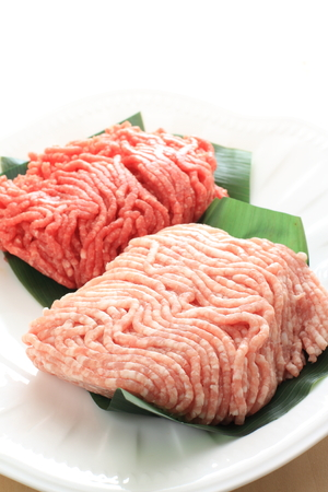 carne picada: Picar la carne en el plato