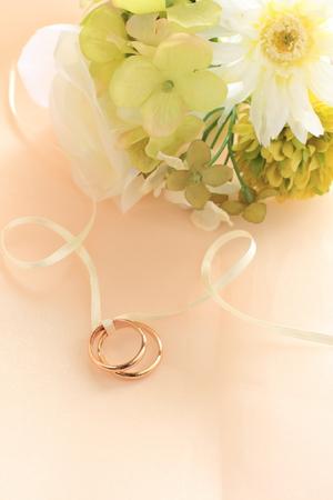 Goldenen Ehering auf Satin mit Blume Standard-Bild - 43839478