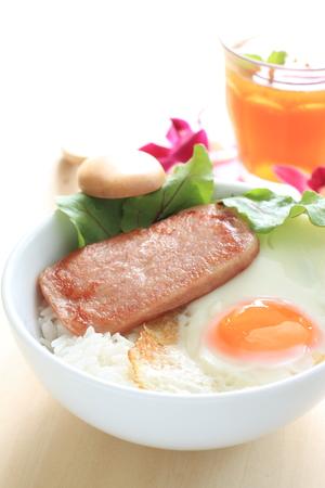 오찬 고기와 햇볕이 잘 드는 쪽을 쌀 위에 올려 놓는다.