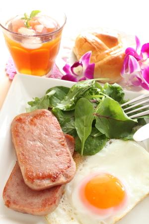 오찬 고기와 써니 사이드 업