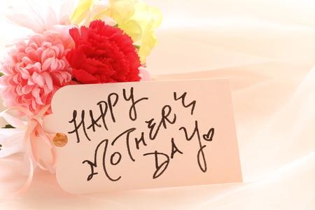 인공 꽃과 손으로 쓰는 어머니의 날 인사말 치료