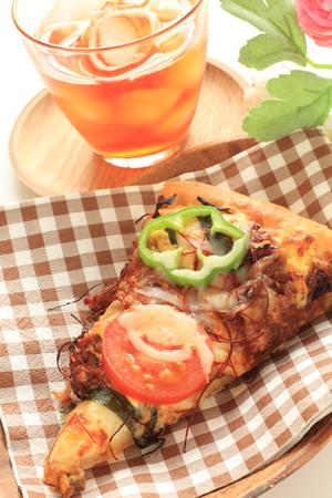 t� helado: ternera y tomate pizza con t� helado Foto de archivo