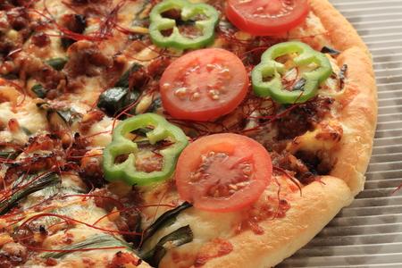 トマトとピーマンのピザのクローズ アップ