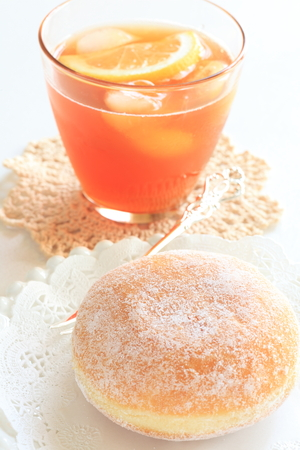 t� helado: Sugar donut and iced tea Foto de archivo