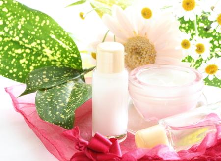 huidverzorgingskosmetiek en madeliefje voor schoonheidsbeeld