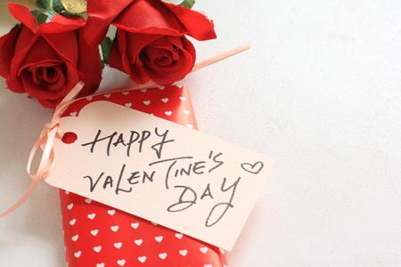 Künstliche Rose und handgeschriebene Karte für den Valentinstag Bild Standard-Bild - 46282218
