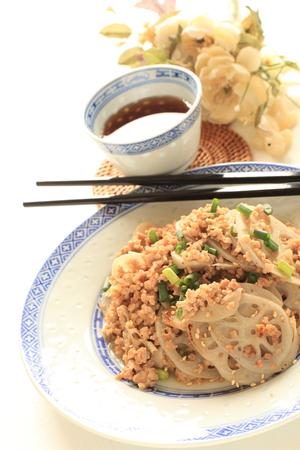 carne picada: La comida china, ra�z de loto y carne picada frita Stir