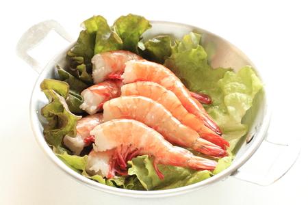 frescura: frescura prepara camarones en la lechuga de ingrediente gourmet