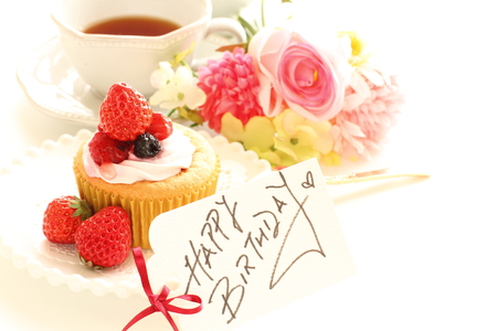 誕生日カードとケーキ 写真素材