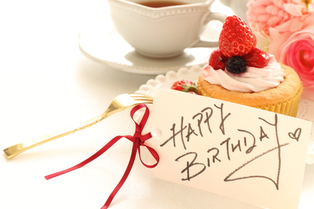 Tarjeta de cumpleaños escrita a mano y torta de la taza Foto de archivo - 47844926
