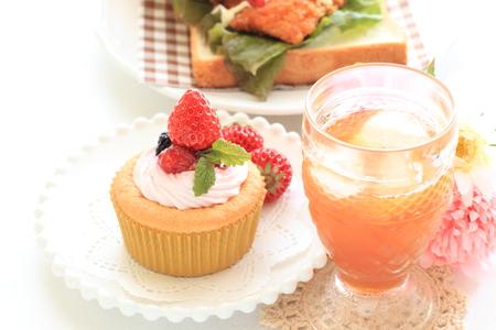 té helado: té helado y torta de la fresa