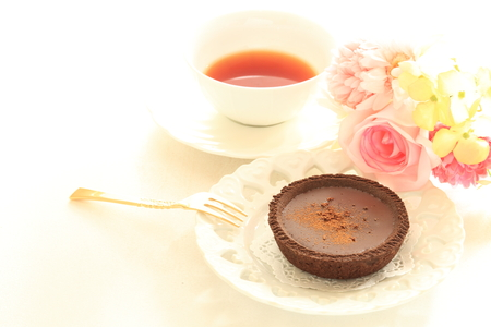 chocolate tart: Chocolate tart with tea Foto de archivo