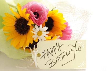 zonnebloem en ranunculus boeket met verjaardagskaart
