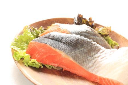 frescura: Pescados de color salmón frescura en la placa