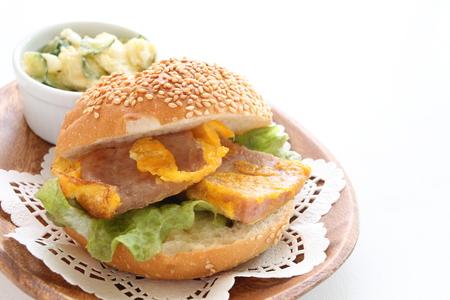 ランチョン ミートと卵のサンドイッチ