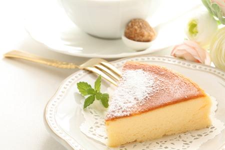 구운 치즈 케이크와 차