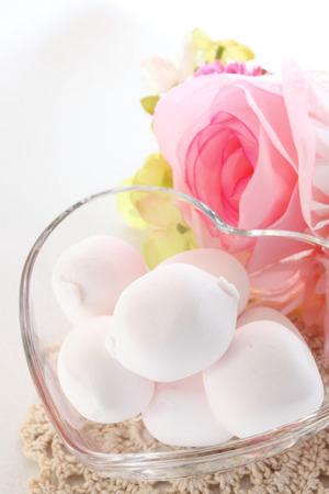 Stil: Marshmallow in heart shaped bowl