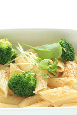 tallarin: macarrones con brócoli
