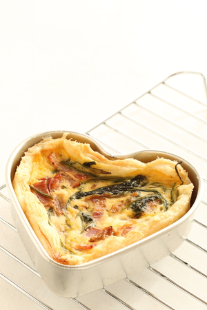 Stil: homemade heart shaped quiche with mold Stock Photo
