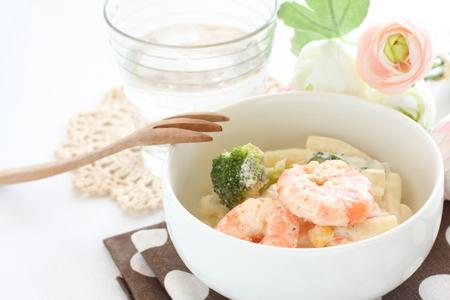 tallarin: ensalada de macarrones y gambas