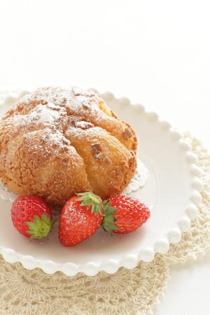 Japanese puff cream served wth strawberry 版權商用圖片