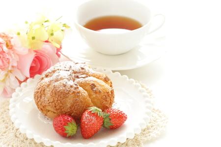 Japanse Puff Cream Ad Aardbei Met Engelse Thee Stockfoto