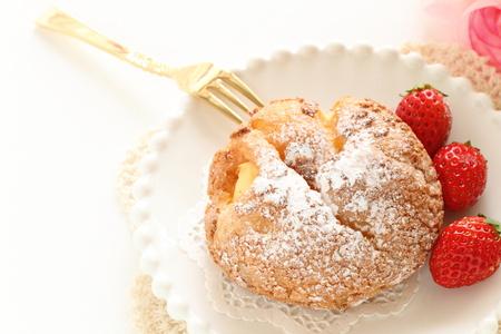 日本のシュー クリームは wth イチゴを提供しています