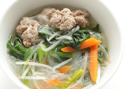Vleesbal en groene blad groentesoep met glazen noedels Stockfoto - 81552517