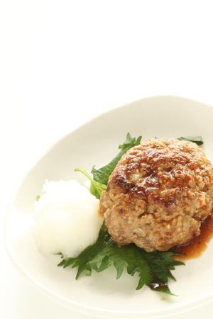 与えられた大根を添えて日本のハンバーグ ステーキ