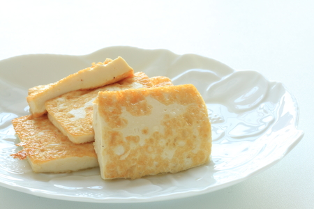 Pan fried tofu on dish with copy space 版權商用圖片