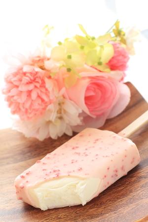 イチゴのチョコレート コーティングの氷のバー 写真素材