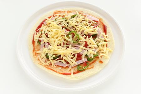 prepared cheese and ham pizza 版權商用圖片
