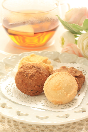 butter and caramel cookie with tea