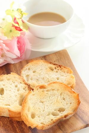 toast Frans brood Beschuit en melkthee Stockfoto