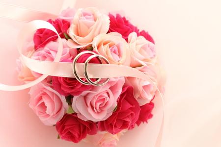kunstmatig roze boeket met trouwring