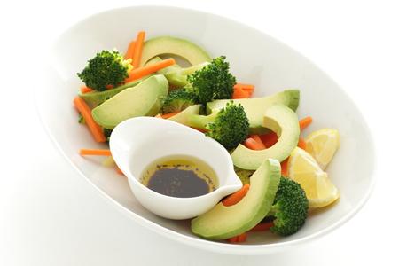 Salada de cenoura e broccolli com molho Foto de archivo - 86231290