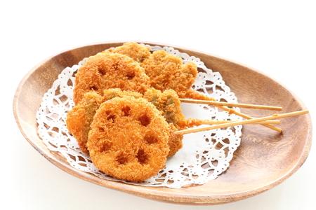 일본 요리, 대나무 꼬치가 든 튀김 연근 스톡 콘텐츠