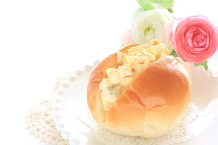 卵とマヨネーズロールパンのサンドイッチ