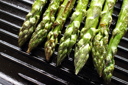 Grilled green asparagus Stockfoto - 95286314