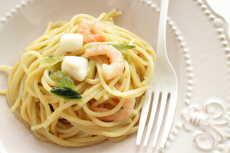 Italian food, green leaf vegetable and seafood spaghetti Archivio Fotografico - 95291732