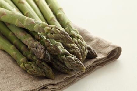 freshness green asparagus from Japan on linen cloth Foto de archivo - 95408813