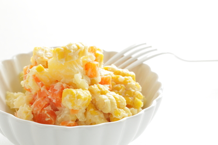 Kartoffelsalat mit Mais Standard-Bild - 98905240