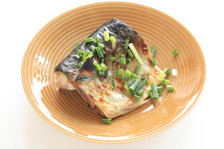 Grilled Japanese mackerel with spring onion 스톡 콘텐츠