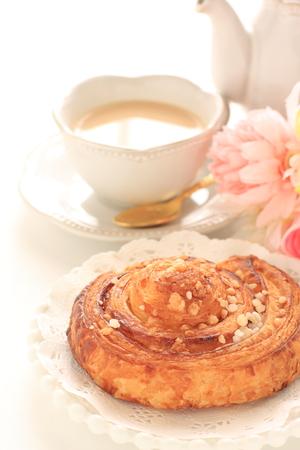Danish pastry and milk tea Foto de archivo - 102991976